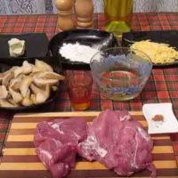 Свиные зразы с грушами, луком-пореем и сыром