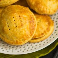 Маленькие пирожки с персиком и марципаном