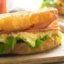 Идея завтрака: сэндвич с ветчиной и яйцами