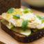 Идея завтрака: бородинский тост со скумбрией и яблоками