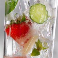 Напиток из клубники, лайма и огурца
