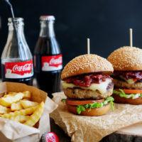 Американский бургер с курицей и беконом, домашний соус барбекю