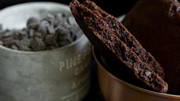 Гигантское печенье с шоколадом и пряными травами