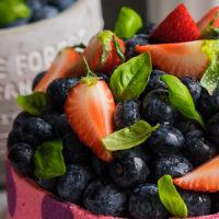 «Горошек» — торт с профитролями, клубникой и черникой