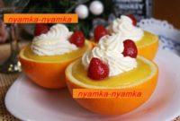 Апельсиновый десерт со сливками и клубникой