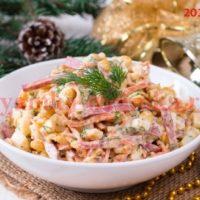 Новогодний салат с колбаской